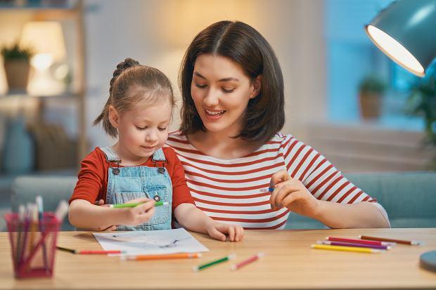 COVID-19. Opieka nad dzieckiem wciąż możliwa? Jak dostać świadczenie z ZUS-u?