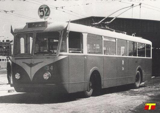 Trolejbus produkcji francuskiej marki Vetra VBR h nr tab. 34 na terenie zajezdni 'Łazienkowska'. Zdjęcie wykonane około 22 lipca 1947 roku.