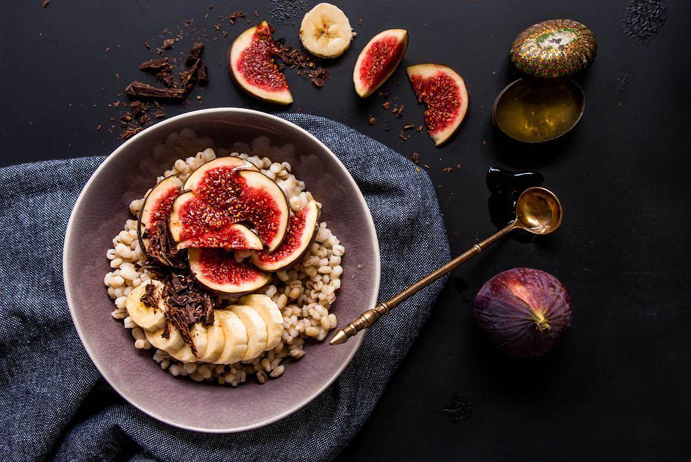 Kasza pęczak jest pyszna zarówno na słono, jak i na słodko; świetnie sprawdzi się na przykład w roli smakowitego śniadania