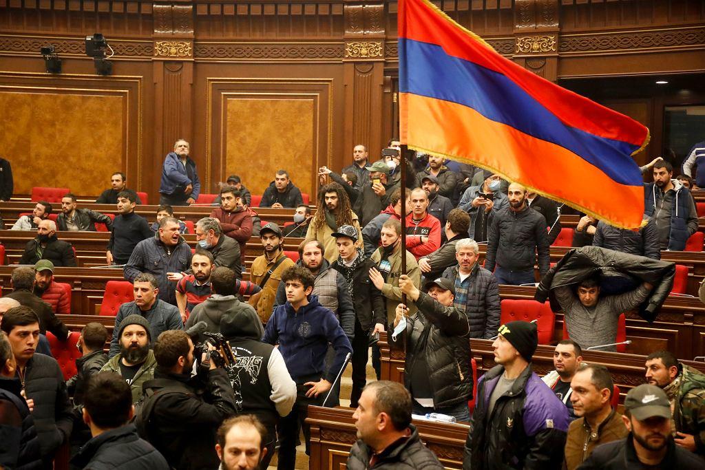 Protest Armeńczyków, którzy wdarli się do budynku parlamentu, żeby zaprotestować przeciwko porozumieniu o wstrzymaniu walk o Górski Karabach, Erywań, 10 listopada 2020 r.