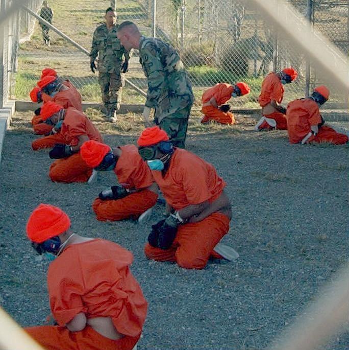 Domniemani terroryści niedługo po dostarczeniu do więzienia w bazie Guantanamo w 2002 roku