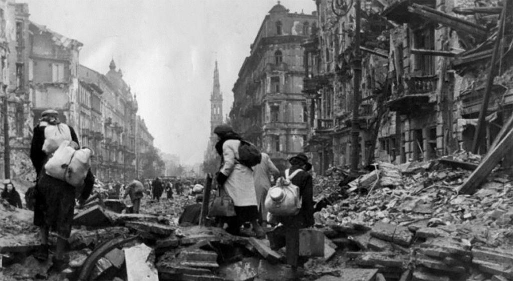 Warszawa, ul Marszałkowska. Mieszkańcy opuszczają miasto po kapitulacji powstania. Październik 1944