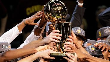 40 lat czekania kibiców Golden State Warriors na wygranie ligi NBA zakończone! Ich drużyna pokonała w szóstym meczu finałowym Cleveland Cavaliers 105-97 i wygrała rywalizację do czterech zwycięstw 4-2.