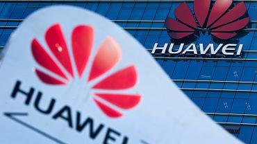 Symbol Huawei w pobliżu siedziby firmy w Dongguan w południowochińskiej prowincji Guangdong