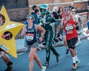 Inżynier Astona Martina przebiegł maraton w stroju kierowcy F1. Z kaskiem włącznie