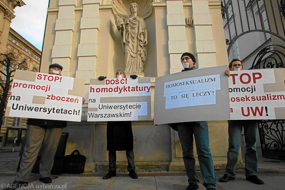 Protest pod bramą Uniwersytetu Warszawskiego przy Krakowskim Przedmieściu przeciwko zarejestrowaniu na uczelni studenckiej organizacji Queer UW, 2010 rok