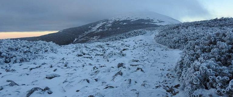 Na Śnieżce można poczuć zimę. Temperatura odczuwalna spadła do -35,5 stopnia