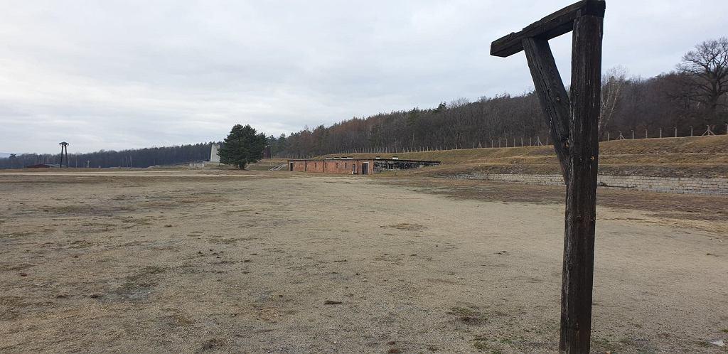 Tu gdzie dziś stoi szubienica, w czasach funkcjonowania obozu stała bramka. W tle obozowa kuchnia i plac apelowy, na którym rozgrywano mecze.