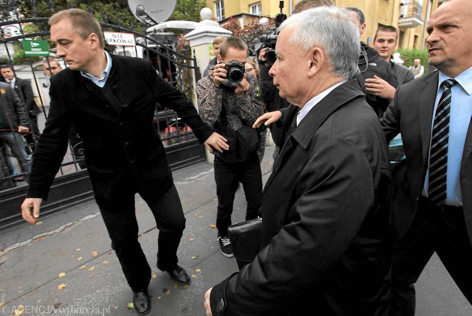Jarosław Kaczyński w otoczeniu ochroniarzy, październik 2012 r.