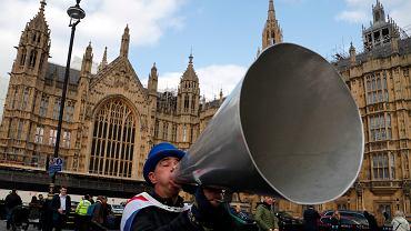 Zwolennik pozostania kraju w Unii Europejskiej nawołuje do wystąpień przeciwko brexitowi, demonstrując pod siedzibą brytyjskiego parlamentu, Londyn, 27 marca 2019 r.