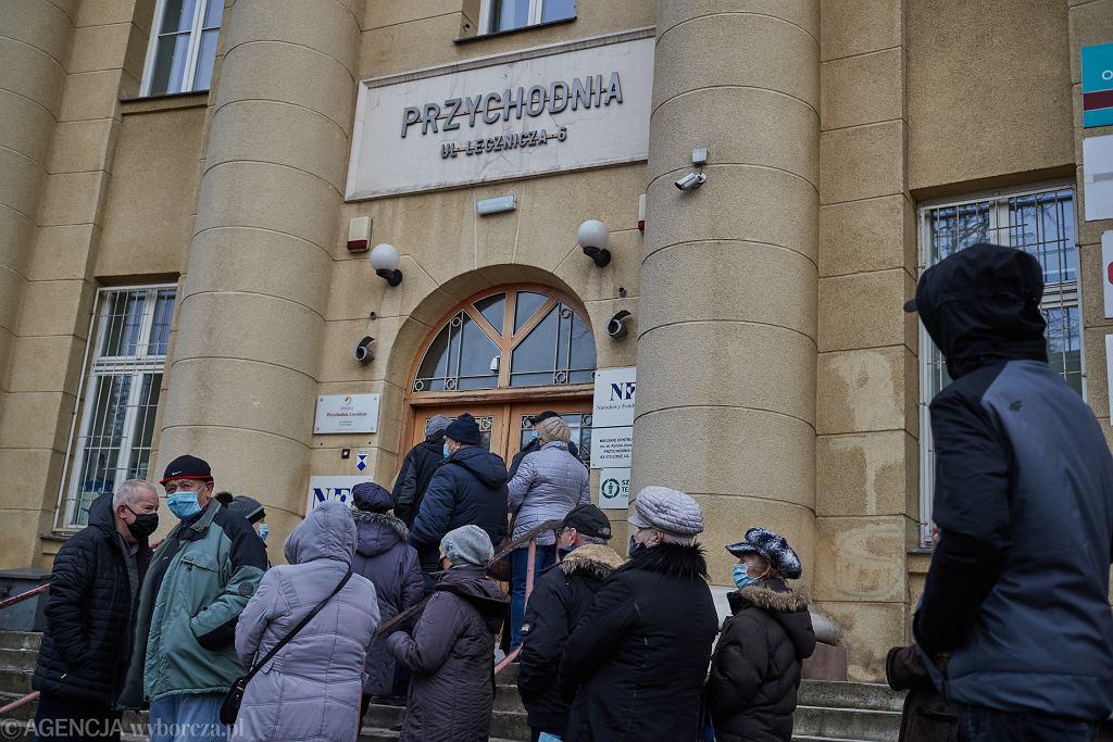 Kolejka seniorów w Łodzi do rejestracji na szczepienia przeciwko COVID-19 dla pacjentów 70 +