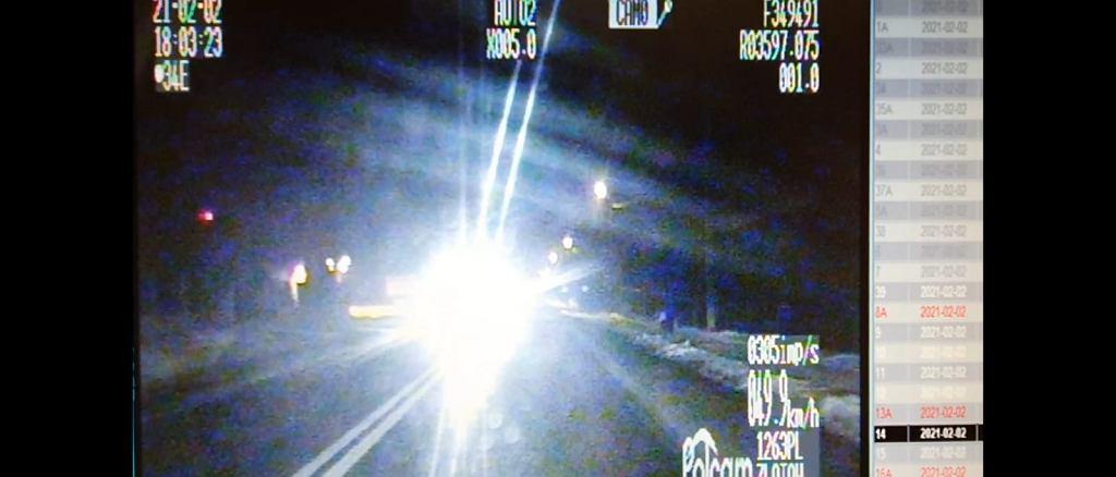 Chciał ostrzec innych kierowców, 'mrugnął' do policjantów