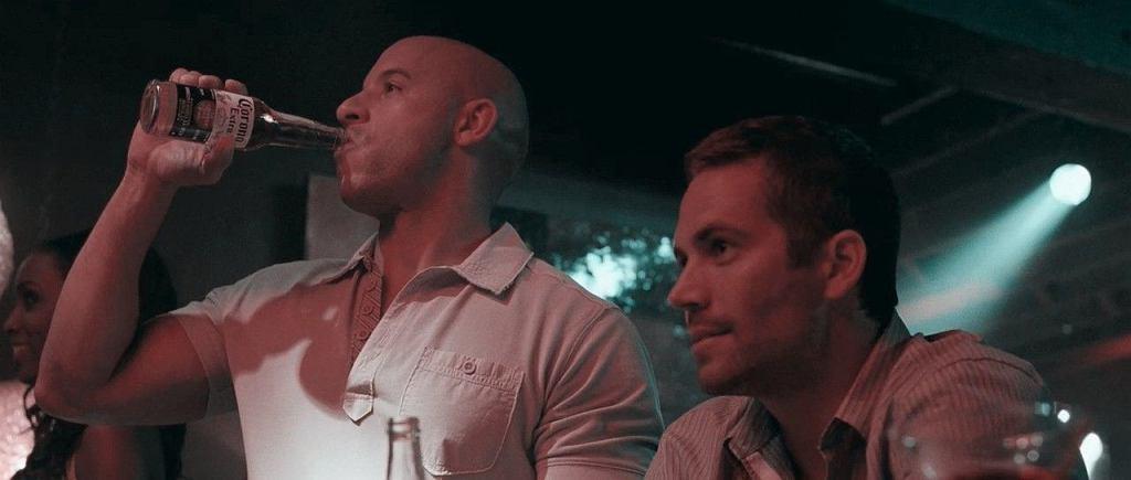 Kadr z filmu 'Szybcy i wściekli', a w nim Toretto ze swoim ulubionym napojem