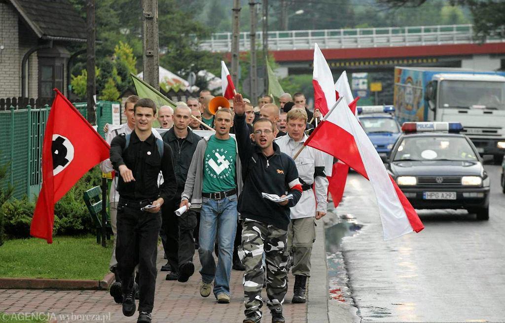 Manifestacja ONR w rocznicę zamieszek antysemickich w Myślenicach - 2005 r. Na zdj. w zielonej koszulce Tomasz Greniuch
