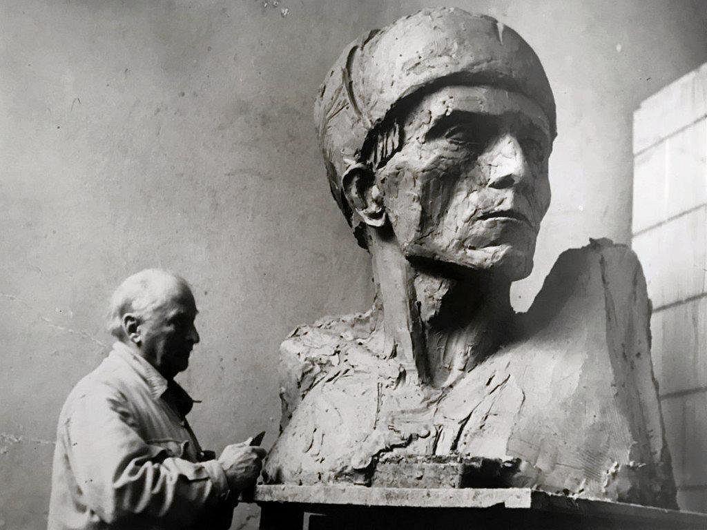 Xawery Dunikowski przy pracy nad Pomnikiem Wyzwolenia Ziemi Warmińsko-Mazurskiej w Olsztynie, 1954 r.  / RYSZARD SZARGUT
