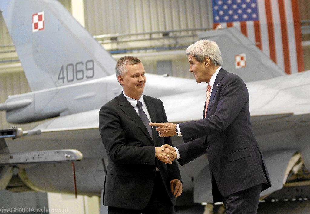 Minister obrony narodowej Tomasz Siemoniak i sekretarz stanu USA John Kerry podczas wizyty w 32. Bazie Lotnictwa Taktycznego w Łasku, listopad 2013