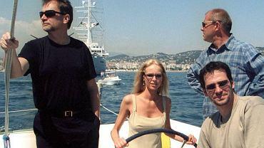 """Jan Kulczyk zmarł w wieku 65 lat, w wyniku powikłań po operacji. Poza działalnością biznesową, angażował się w sztukę i kulturę. Regularnie pojawiał się na premierach filmowych i teatralnych, przyjaźnił ze środowiskiem filmowym. W 2001 towarzyszył obsadzie filmu """"Quo vadis"""" na festiwalu w Cannes. Magdę Mielcarz, Bogusława Lindę i Pawła Deląga gościł na katamaranie  """"Warta Polpharma"""".  <div class=""""gazetaVideoPlayer""""><a href=""""http://www.plotek.pl/plotek/10,82573,18445085,jan-kulczyk-nie-zyje-biznesmen-zmarl-w-wyniku-powiklan-pooperacyjnych.html"""">Jan Kulczyk nie żyje. Biznesmen zmarł w wyniku powikłań pooperacyjnych w Wiedniu</a><div><iframe src=""""http://www.gazeta.tv/plej/19,82573,18445085,video.html?autoplay=true"""" width=""""940"""" height=""""564"""" frameborder=""""0"""" scrolling=""""no"""" allowfullscreen></iframe></div></div>"""