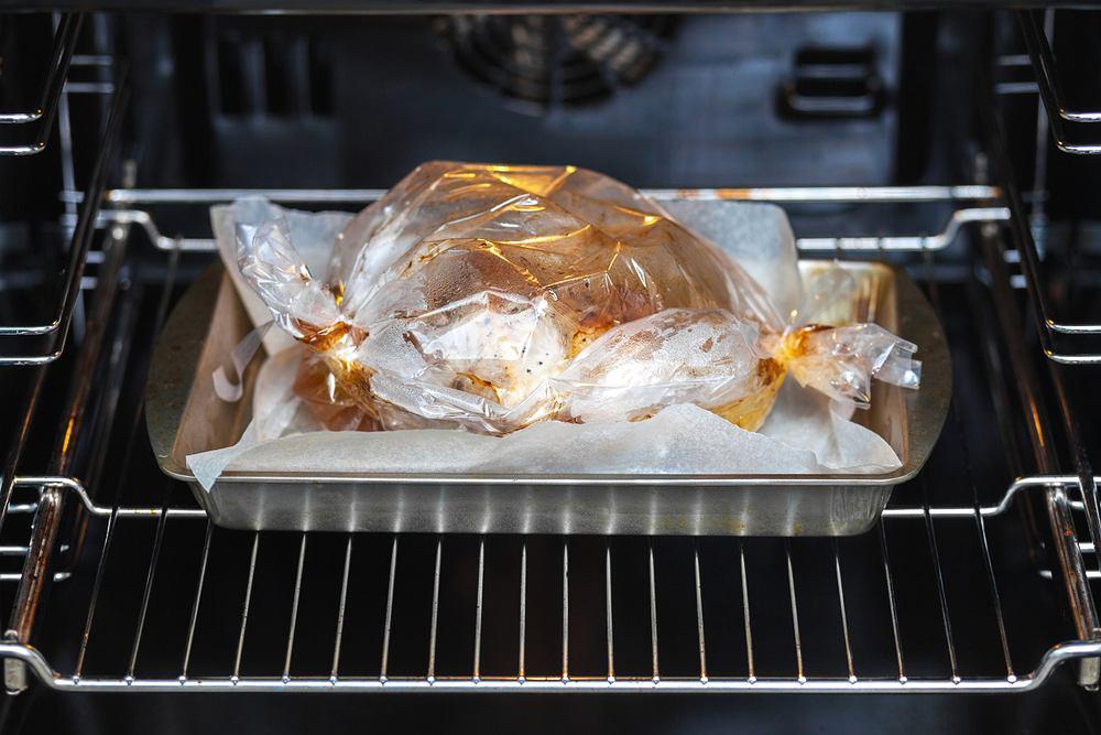 Mięso pieczone w rękawie jest pyszne i soczyste