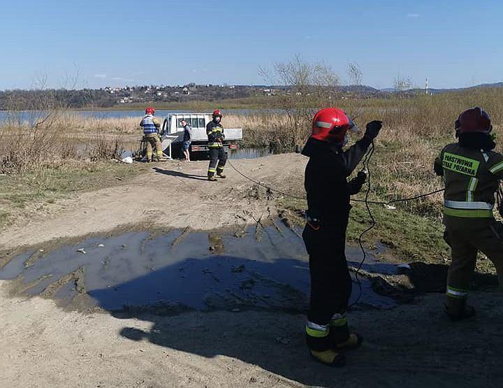 Ukraińcy poszli na ryby i utopili samochód