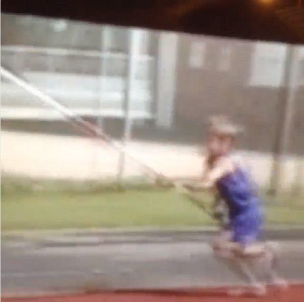Mały Armand Duplantis trenuje skok o tyczce
