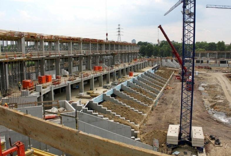 W Tychach za około 135 milionów złotych powstaje w pełni zadaszony stadion na 15 tysięcy miejsc. Piłkarze GKS-u muszą na niego poczekać jeszcze przynajmniej rok. Plan zakłada, że tyszanie wrócą na swój stadion z początkiem sezonu 2015/16.