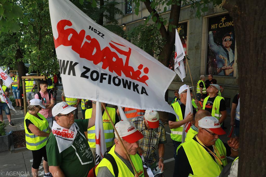 Protest górników z JSW pod Ministerstwem Energii przeciwko odwołaniu prezesa Daniela Ozona