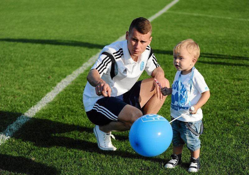 Jakub Kowalski z synem Oliwierem na stadionie Ruchu