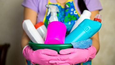 <b>Sprzątaj.</b> Regularne sprzątanie pozbawi rybiki pożywienia (rybiki żywią się m.in. martwym naskórkiem i resztkami jedzenia, ale nie pogardzą też papierem i materiałem, z którego wykonany jest twój ręcznik czy dywanik łazienkowy). Pamiętaj w szczególności o czyszczeniu wszelkich zakamarków i szpar i wycieraniu wilgotnych miejsc.