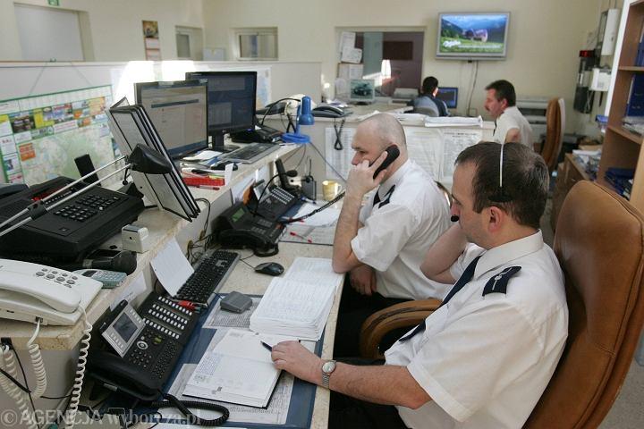 Stanowisko dyżurnego telefonu alarmowego 112 i 997 w Komendzie Miejskiej Policji w Olsztynie | zdjęcie ilustracyjne