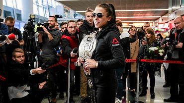 Joanna Jędrzejczyk z pasem mistrzyni UFC na lotnisku w Warszawie, rok 2015