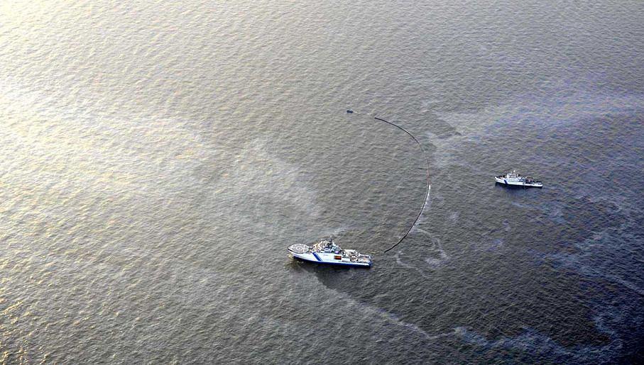 Czerwiec 2019. Fińskie służby przybrzeżne usuwają wyciek oleju mineralnego.