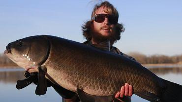 Alec Lackmann  z Uniwersytetu Stanowego Północnej Dakoty trzyma rybę z gatunku Ictiobus cyprinellus (buffalo wielkogębowe). Według badań naukowców to najdłużej żyjąca ryba słodkowodna na świecie