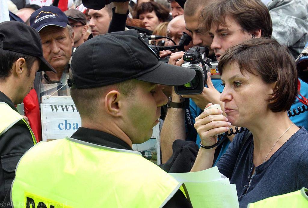 Ewa Stankiewicz przed siedzibą TVP