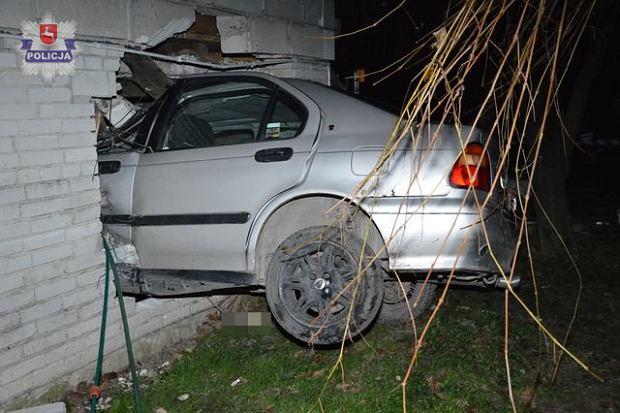 Tak się kończy jazda po pijaku. Auto wbiło się w dom