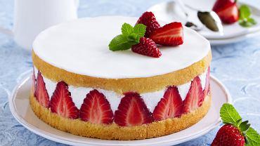 Ciasto biszkoptowe z truskawkami jest smaczne i łatwe w przygotowaniu. Zdjęcie ilustracyjne