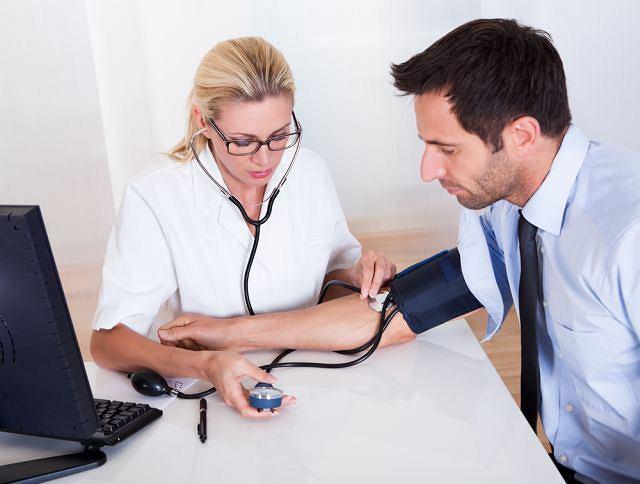Pomiary ciśnienia tętniczego wyłącznie w gabinecie lekarskim to za mało. Domowe elektroniczne aparaty naramienne są równie wiarygodne, jak słuchawkowe, którymi posługują się lekarze