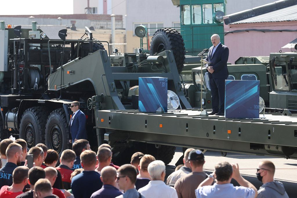 Prezydent Łukaszenka przemawia do robotników z fabryki traktorów, 17 sierpnia 2020.