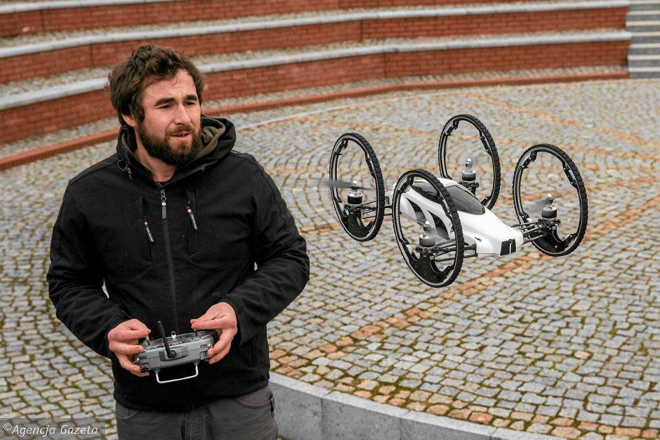 Witold Mielniczek i jego znany z hollywoodzkiego filmu jeżdżąco-latający dron