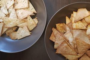 Chipsy z tortilli, czyli domowe nachosy z tortilli pszennej. Przepis na pyszną alternatywę dla gotowych przekąsek