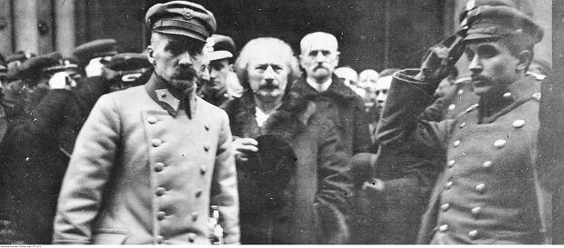 Naczelnik Państwa Józef Piłsudski (1. z lewej), premier Ignacy Paderewski (2. z lewej), minister spraw wewnętrznych Stanisław Wojciechowski (3. z lewej) oraz adiutant Naczelnika Państwa porucznik Tadeusz Kasprzycki (1. z prawej) po uroczystym nabożeństwie w katedrze św. Jana, luty 1919 r. (fot. Narodowe Archiwum Cyfrowe)