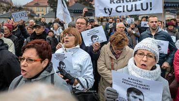 Demonstracja wyborców w Żorach przeciwko Wojciechowi Kałuży, który przeszedł do PiS