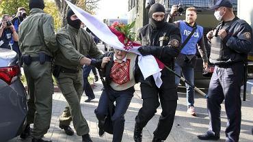 73-letnia opozycjonistka Nina Bahińska została zatrzymana podczas pokojowego marszu kobiet w Mińsku.
