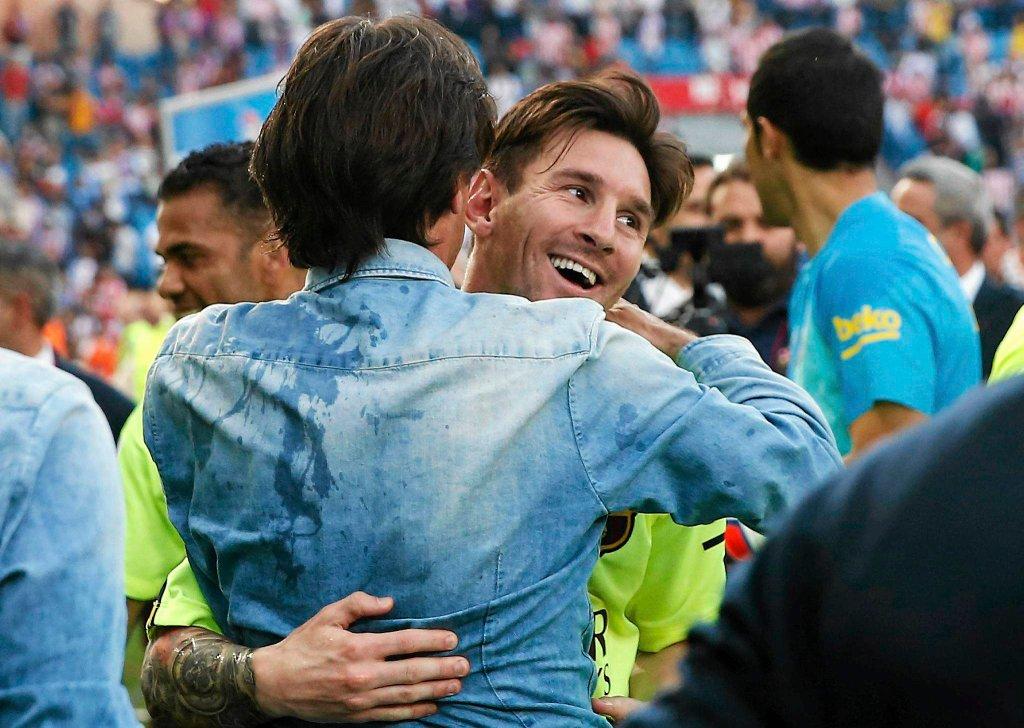 Leo Messi w uściskach kolegów
