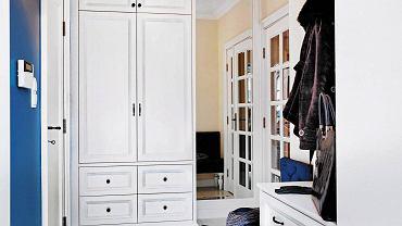 Bywa niewielki, wąski lub długi, a trzeba w nim zmieścić szafy, szafki, wieszaki i ewentualnie wygodne siedzisko. Jeśli nie wiesz, jak to zrobić, zajrzyj do kilku przedpokoi z ciekawymi rozwiązaniami, które mogą cię zainspirować podczas urządzania tego pomieszczenia. <BR /> PRZEDPOKOJE. Aby jak najlepiej wykorzystać wnętrze dość wąskiej szafy, zamiast tradycyjnego drążka na wieszaki zamontowano dwie wysuwane szyny ułatwiające wieszanie i zdejmowanie ubrań.