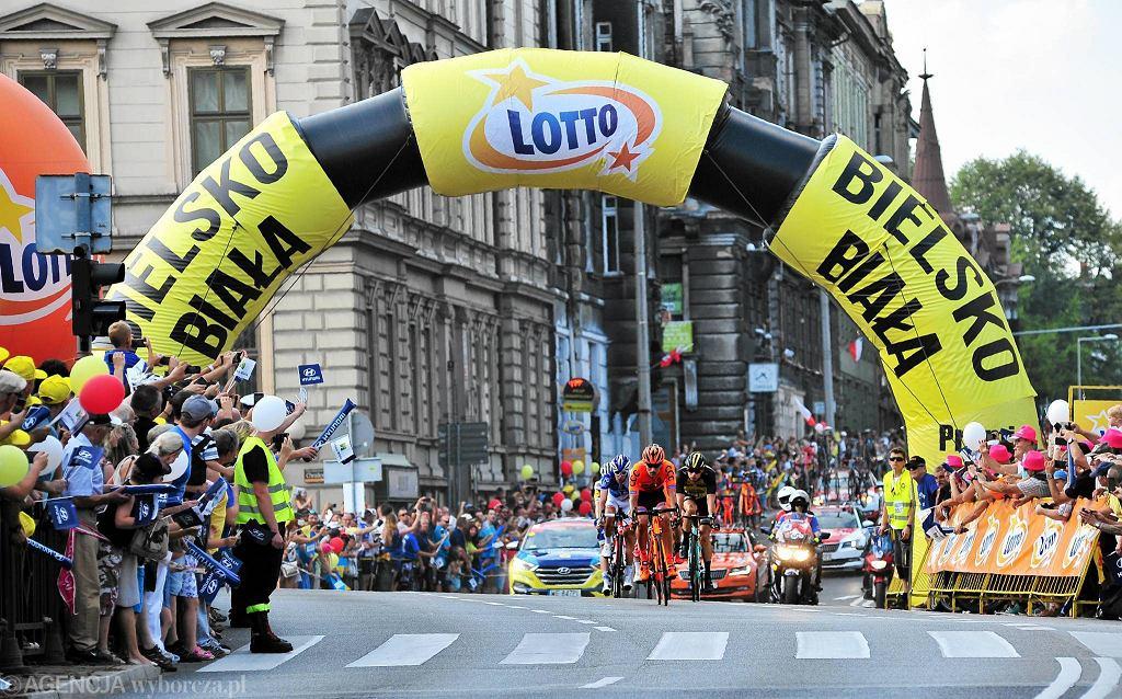 Etap Jaworzno - Szczyrk (161 km) był bardzo interesujący. Po świetnym finiszu pod górę wygrał Belg Dylan Teuns. Rafał Majka pokazał siłę i zakończył na trzecim miejscu. Drugi był fetowany przez Słowaków Peter Sagan, który odzyskał żółtą koszulkę lidera. Po 75 kilometrach uciekających siedmiu śmiałków Maxime Monfort (Lotto-Soudal), Remi Cavagna (Quick-Step), Sebastien Reichenbach (FDJ), Jose Goncalves (Katusha-Alpecin), Bert Lindeman (Lotto NL-Jumbo), Maciej Paterski (CCC Sprandi), Adam Stachowiak (reprezentacja Polski) miała to już prawie cztery minuty. Potem jednak zrobiło się bardzo górzyście, peleton wreszcie ich pożarł, nie dali rady utrzymać mu koła. 17 kilometrów przed końcem próbował uciec Tatar Inur Zakarin, piąty zawodnik tegorocznego Giro d'Italia z grupy Team Katusha-Alpecin, ale też nie dał rady. Wszystko rozstrzygnęło się dopiero na ostatnich kilkuset metrach.