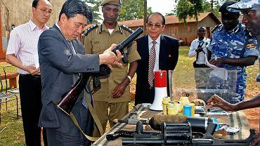 Północnokoreański wiceminister bezpieczeństwa publicznego Ri Song Chol podczas inspekcji w Kampali w Ugandzie, jeszcze przed wprowadzeniem sankcji na reżim