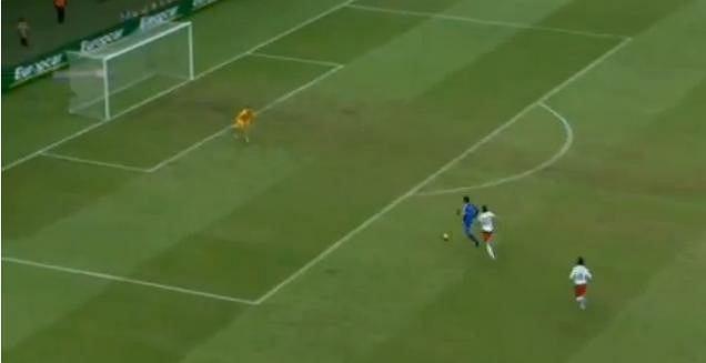 Kibice San Marino wstrzymują oddech. Danilo Rinaldi biegnie na bramkę strzeżoną przez Artura Boruca