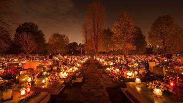 W dniu Wszystkich Świętych cmentarze w Polsce są rozświetlone tysiącami palących się zniczy (fot. Wiktor Kubiak / Agencja Gazeta)