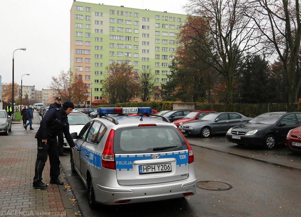 Ewakuacja w rejonie ul. Kossobudzkiego w Płocku; pirotechnicy wynoszą z jednego z mieszkań niebezpieczne substancje do produkcji materiałów wybuchowych