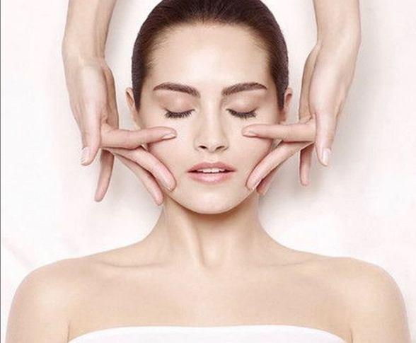 Odmładzający masaż twarzy krok po kroku. Pomaga odjąć nawet kilka lat